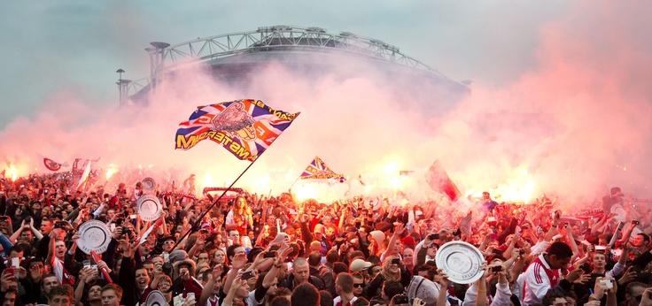 Hinchas del Ajax de Amsterdam celebran el título de campeón de liga conseguido por su equipo en el Ajax Arena Park en La Haya, Holanda (Olaf Kraak/EFE)