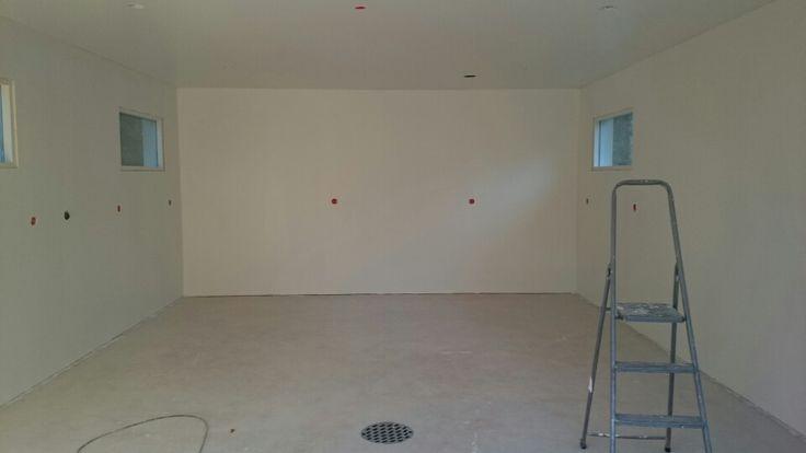 Seinää valkoiseksi, kaksi kerrosta. Syyskuu.