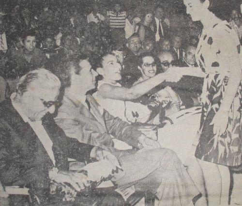 1964 Αύγουστος. Η Μαρία Κάλλας και ο Ωνάσης στη κεντρική πλατεία δέχονται με χαρά τα δώρα του Ορφέως..