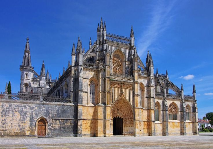 En chemin pour Lisbonne, une visite du Monastère de Batalha s'impose. Entre art gothique et manuélin, l'édifice religieux a été élevé dès la fin du XIVe siècle. Bien qu'en partie inachevé au profit de son pendant lisboète, le monastère des Hiéronymites, son cloître, son église et sa salle capitulaire sont remarquables.