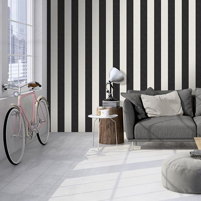 Klasika v podobe pruhovaných tapiet. Tapetu nájdete v katalógu Memory 3 #tapetanastenu #tapety #tapeta #vliesovatapeta #pruhy #blackandwhite #wallpaper #wallpaperdesign