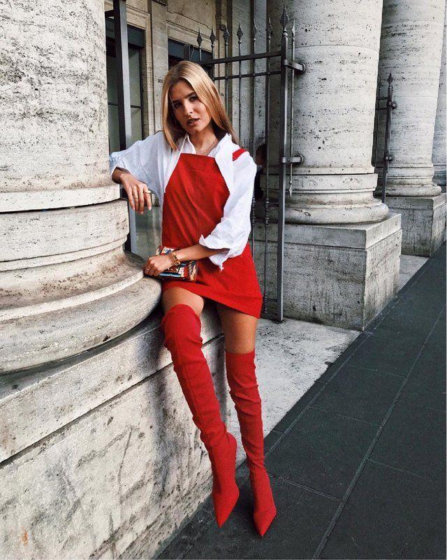 Este look que te mostramos tiene una gran presencia de rojo, por lo que es muy llamativo. Lleva un mini vestido de escote alto y cuadrado muy sensual, que se combina con una camisa sencilla, en blanco y  de mangas largas, un conjunto muy original.