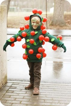 Apple Tree costume - Turn your favorite little one into a walking apple tree.   32 Unexpected Things To Do With Balloons