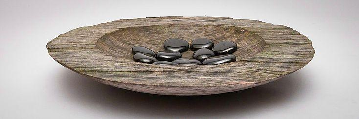 Schale aus Walnußholz; Oberseite Kettensäge, gedrechselt und anschließend verwittert                                                                                                                                                                                 Mehr