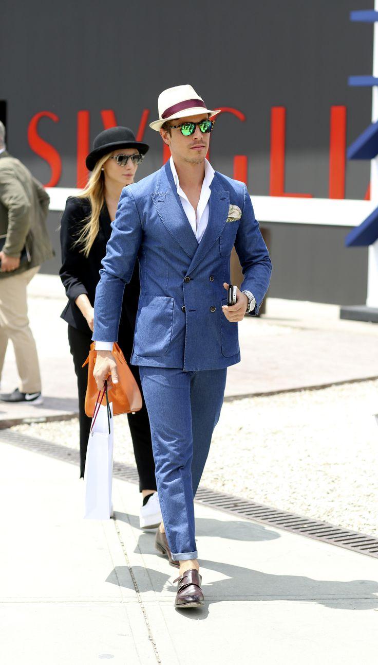 ダブルスーツの着こなしブルーのSnug trousers and a fitted blazer was the uniform of choice at the Pitti Uomo trade fair in Florence, Italy. (Photo: Lee Oliveira for The New York Times)