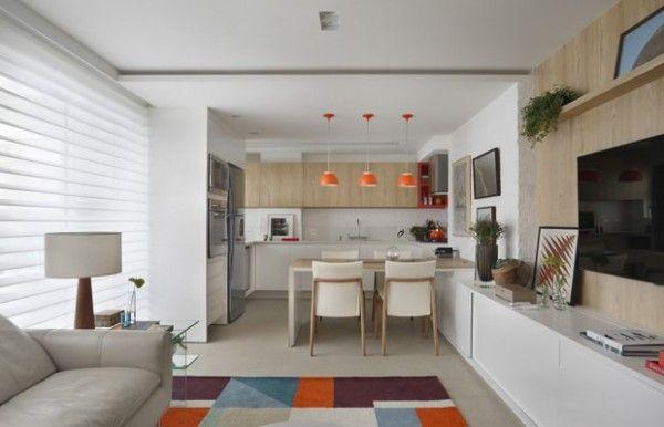 Cores mais pasteis, com combinação de colorido leve, roxo, com laranja, azuis e tom claro no painel. Combinando com luminária laranja na sala.