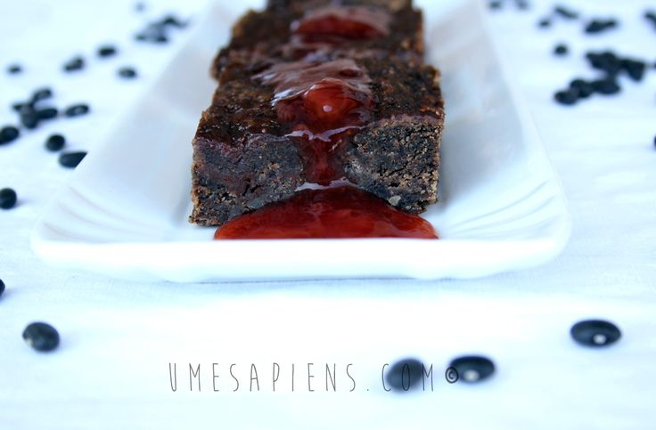 Ecco partoriti i miei primi brownies vegan con i fagioli neri, con le mie variazioni sul tema ovviamente: fragole e pepe rosa! Senza zucchero né raffinati