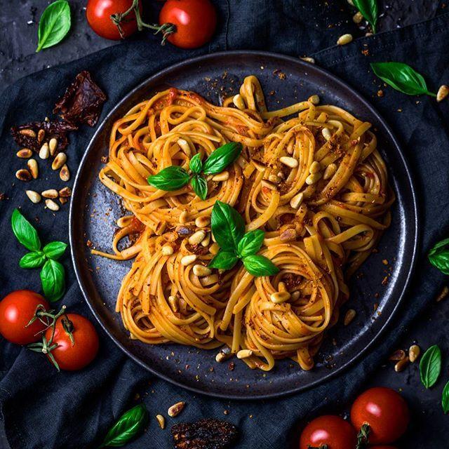 Am Weltnudeltag ist ja irgendwie klar, was ich esse oder? 😁🍝 Nudeln ganz klassisch mit Tomatensauce. 😍👌🏻 Und nachher geht's noch ins Kino, in die Mitternachtspreview von Fack Ju Göhte 3 😃😃🙌🏻 Danke @cinemaxx für die Einladung! 🙋🏼🎥 #mehralskino #cinemaxx #movie4friends __ Today I celebrate the world pasta day with a plate full of Tagliatelle with my favorite tomato sauce. 😍🍝 Hope you had also a delicious pasta meal today!? 😉