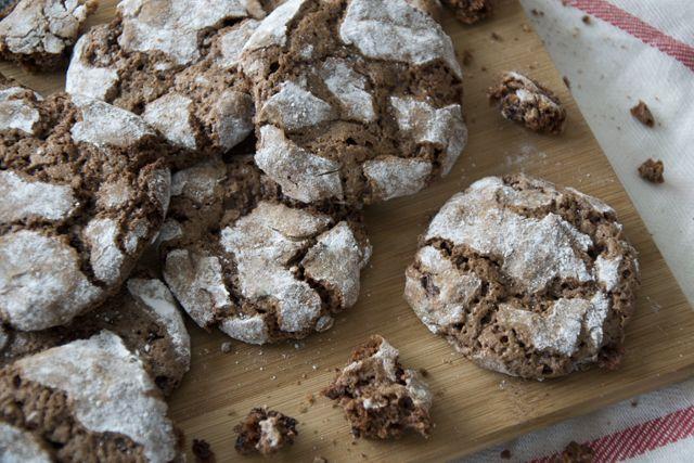 Chocolate Crinkle Cookies - Robuuste krokante chocolade koekjes.