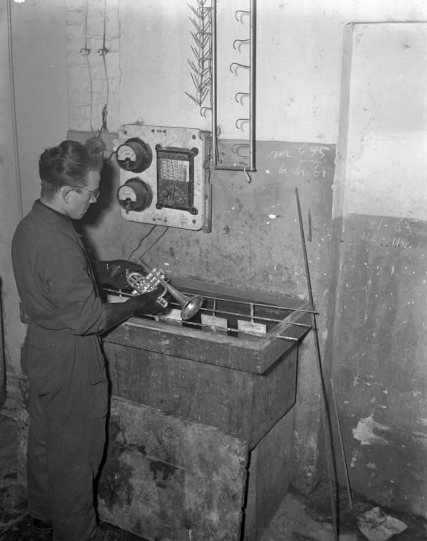 Schenkelaars 1949. Muziek in de fabriek, Bleekstraat.