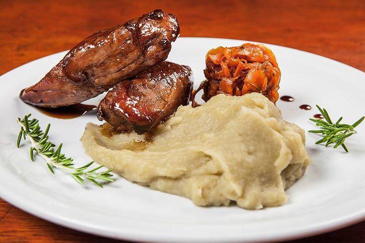 Lomo de cerdo glaseado con puré de batatas de una suave textura. Y para combinar sabores, un chutney de zanahorias y cebolla morada que brinda un sabor muy especial. Fácil para cocinar, muy rico para comer.