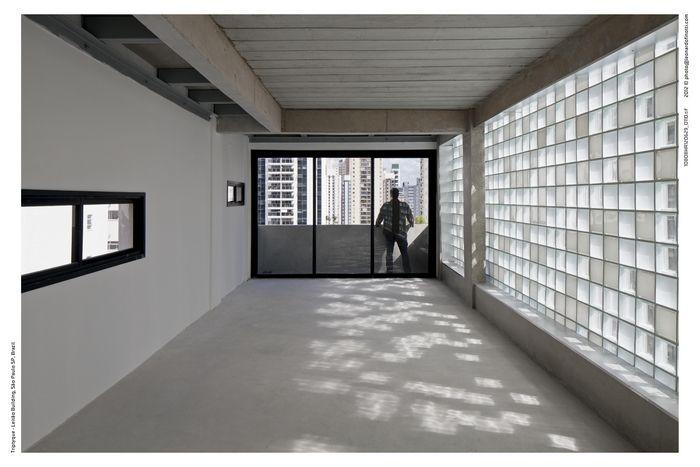 Imagem de Visão diurna do interior do edifício. Luz e sombra lembram pixels...