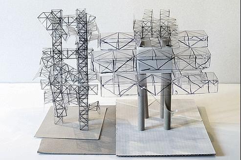 Maquettesde «tours» faisant usagede la technique de la ville spatiale, feutre sur plastique, carton et carteline sur carton plume. (Yona Friedman)