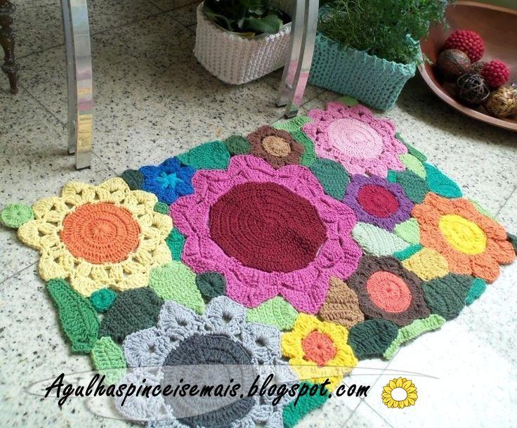 Tapetes de croche em barbante colorido em diversos tamanhos e combinação de cores com motivo floral.  Tapetes á vend...