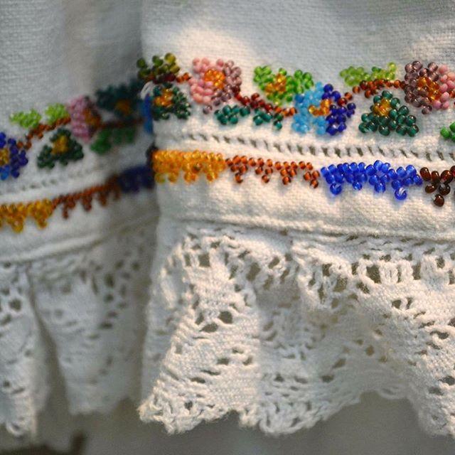 Detaliu cămașă cusută cu mărgele.  Via Comori etnografice  #sezatoareaurbana #lablouseroumaine