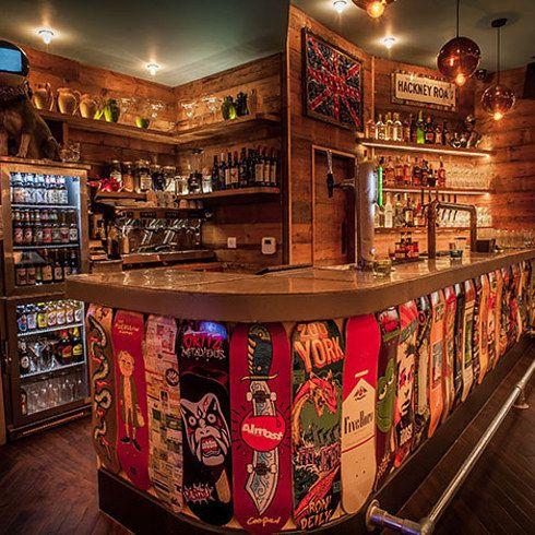 Far Rockaway, Shoreditch: una location molto trendy per i giovani. Un'ampia collezione di fumetti, drink fantasiosi e sperimentali, musica, arredamento pop e fluo, una sorta di club dalle atmosfere stile il Groucho Club descritto da Hornby in Alta Fedeltà.