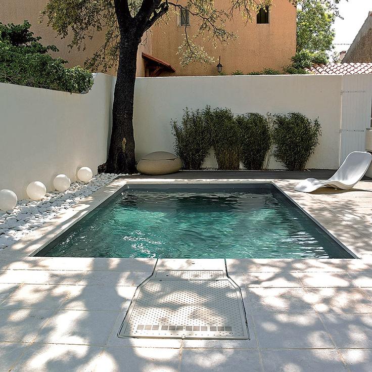 Cette piscine citadine peut se vanter de son int gration for Liner piscine turquoise