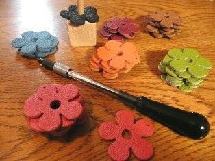 """フランスの最高級革の一つ""""トリヨン""""はエルメスのバッグに使われている革で人気です。花のモチーフの型抜きをして、ナチュラルな革紐を付けたチャームです。色は出品している革の色ならほぼすべてありますので好きな色をご指定ください上品でカラフルな革は厚みがあって柔らかく汚れにも強いです。裏側は画面クリーナーとして使えます。2個セットの価格です。色をご指定ください。(1個ずつ選べます)"""