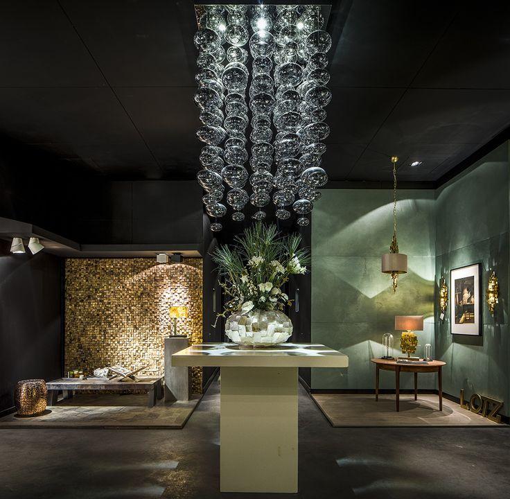 """Showroom bij Maretti  """"Links Osiris, rechts LOTZ en boven in het midden Dream hanglamp in samenwerking met Robert Kolenik"""""""