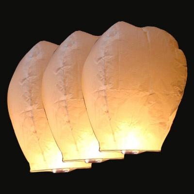 Lâcher de lanternes dans l'air