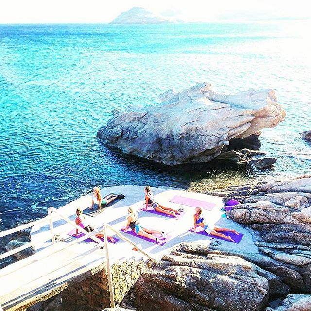 CAMHI PIGAINEI EKEI A Yoga workout moment through the eyes of @lauriebcn at #liamykonos beach 😏 The best location...don't you think?  #mykonossecrets #mykonos #yoga #fitness #fitsummer #workout #yogamat