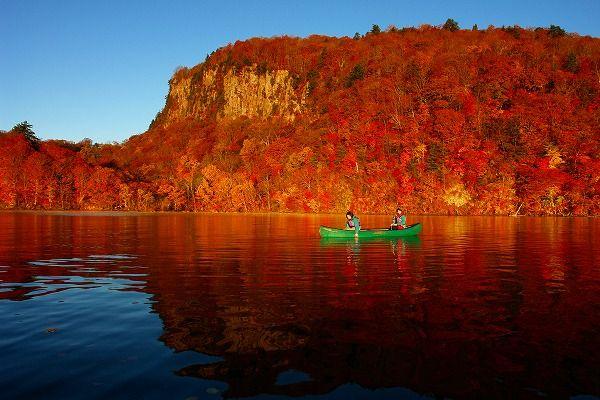 ▲深呼吸をしたくなるような奥入瀬渓流(写真提供:十和田市)十和田湖~奥入瀬渓流エリアを満喫するなら、早朝カヌーから体験するのがおすすめ!まずは十和田湖をカヌーで満喫できると聞き、体験してきました。中でも湖が極上の美しさを見せてくれる早朝に、
