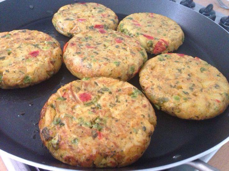 Gewoon een snel recept voor kleine aardappel tortillas. Ik heb ze in klein koekenpannetje gebakken. Ik had voor 6 tortillaatjes van ongeveer 11 cm 6 eieren gebruikt.