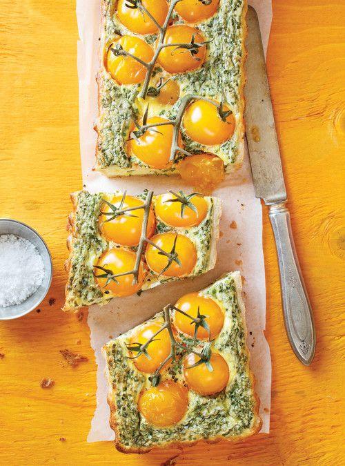 Tarte salée aux tomates cerises - Note: Utiliser moule à gâteau à fond détachable. Doubler recette de garniture. Utiliser recette de pâte à grand-maman. Rajouter 10 minutes de cuisson