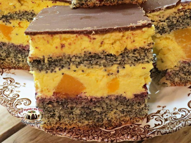 Ciasto makowe z kremem ajerkoniakowym i brzoskwiniami