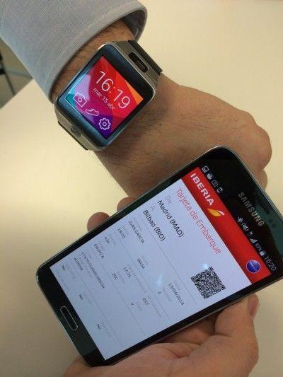 Cardul de îmbarcare pe smartphone, sincronizat cu un smartwatch.