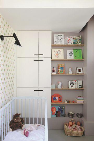 Une petite chambre de bébé au ton gris. Plus de photos sur Côté Maison http://petitlien.fr/7iej