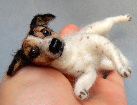 Welkom bij de «Mini Soulmates». Op basis van fotos ik een replica van uw hond hebt gemaakt. Een look-alike voelde zich met details die je liefde. Dit portret zal u altijd met uw zielsverwant verenigen. Een blik in haar ogen en u zal glimlach. Mijn huisdier portretten zijn een speciale hond verlies memorial geschenk. Zij bieden hernieuwde vreugde. Ze zijn een echt schattig geschenk voor uw vriendin en hond minnaar. Mijn soft-sculpturen zijn naald vilten met toewijding en geduld van wol. Ze…