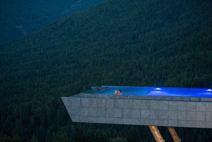 Una piscina sospesa in Val Pusteria