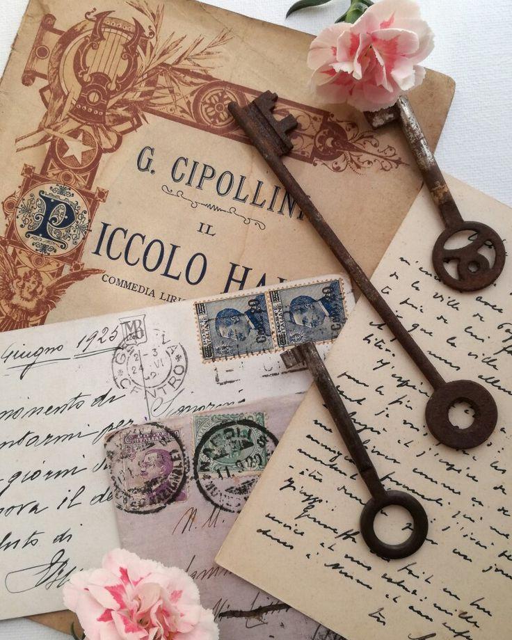 Vecchi libri , cartoline postali e chiavi Elicreashabby