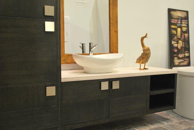 Vanité de salle de bain fabriquée à partir de panneaux de bambou teint bleu foncé. Le comptoir est de bambou teint blanc pour lui donner l'aspect du marbre ou quartz.
