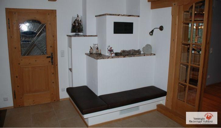 Moderner Kachelofen ohne Sichtfenster mit Ofenbank aus Naturstein. #Kachelofen #Ofen #Fireplace www.ofenkunst.de