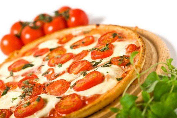 Еще больше рецептов здесь https://plus.google.com/116534260894270112373/posts  Пицца «Маргарита»  На 2 порции  Приготовление: 20 минут  Ингредиенты:  мука для присыпки 1 заготовка (100 г) тонкого теста для пиццы 1/4 чашки порезанных консервированных помидоров в собственном соку 1/4 чашки порезанного кубиками несоленого сыра моцарелла пониженной жирности 4 измельченных листика свежего базилика 1 ч. л. соли 2 ч. л. оливкового масла  Приготовление:  1/Разогрейте духовку до 230°С и поместите…