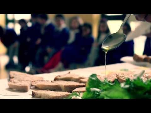 Cos'è una Eco-merenda? Cos'è una scuola di Transizione?   Maria de Biase mi ha accompagnato nelle sue scuole di Scario e San Giovanni a Piro (Sa) dove i ragazzi delle elementari e delle medie hanno un menù settimanale molto speciale a base di verdure, di pane e olio e di frutta di stagione.   La maggior parte dei prodotti consumati nelle mense scolastiche inoltre vengono prodotti negli orti scolastici che sono curati dai ragazzi e da tutta la comunità locale.
