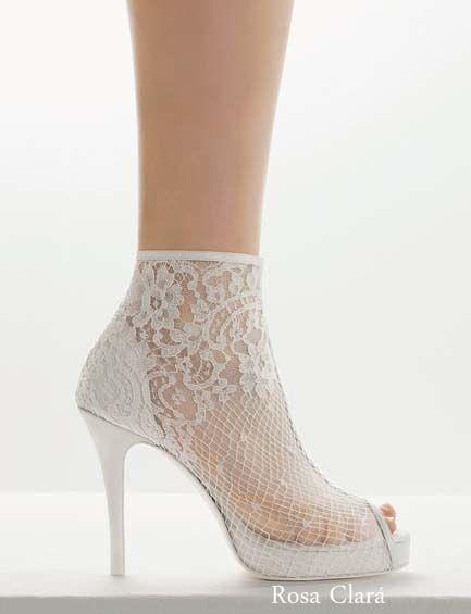 Zapatos de novia Rosa Clará, zapato abotinado de encaje con dedos al aire, estilo vintage