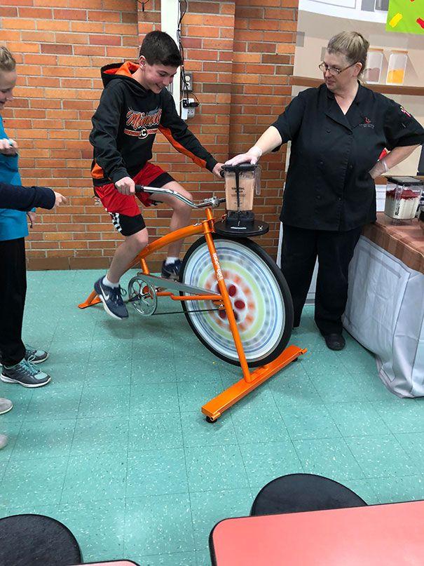 Sie hatten ein Fahrrad in meiner Schule, um einen Smoothie zu mixen, den sie in der …   – Reciclaje