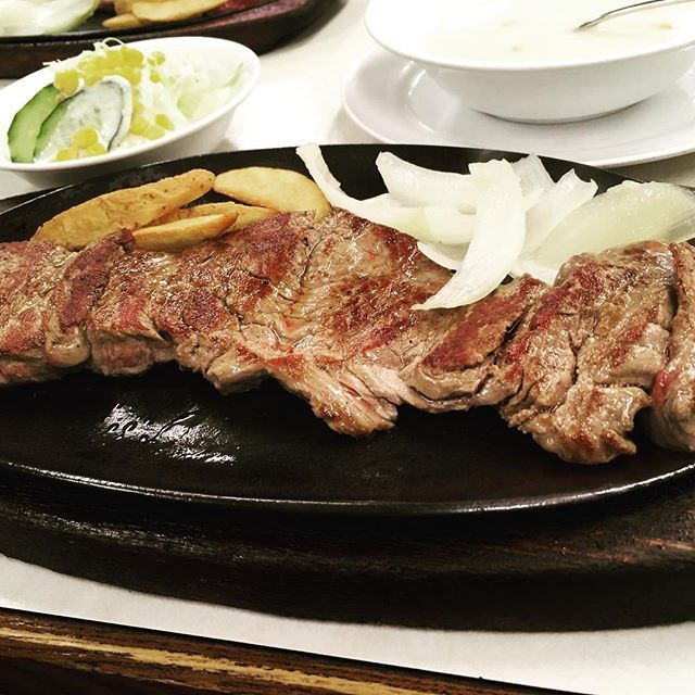 ジャッキーステーキハウス🏡 テンダーローインステーキ! 沖縄来て3枚目のステーキ🍖 有名店あって23時とかでもひたすらお客が途切れない! 居酒屋の後にステーキ250gしばきに行くのは楽しかった。 ステーキハウス88とはまた違って、肉々しい感じやった。 沖縄きてビール、肉ばっかり、笑 #Okinawa #沖縄#那覇#旅行#trip#肉#ステーキ#ハウス#ジャッキーステーキハウス #美味い#最高#国際通り