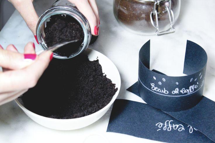 caffè_4Ho messo in una ciotola i fondi del caffè, un cucchiaino d'acqua e 3 cucchiaini di olio alle mandorle dolci, e ho mischiato il tutto fino ad avere un composto cremoso e omogeneo.