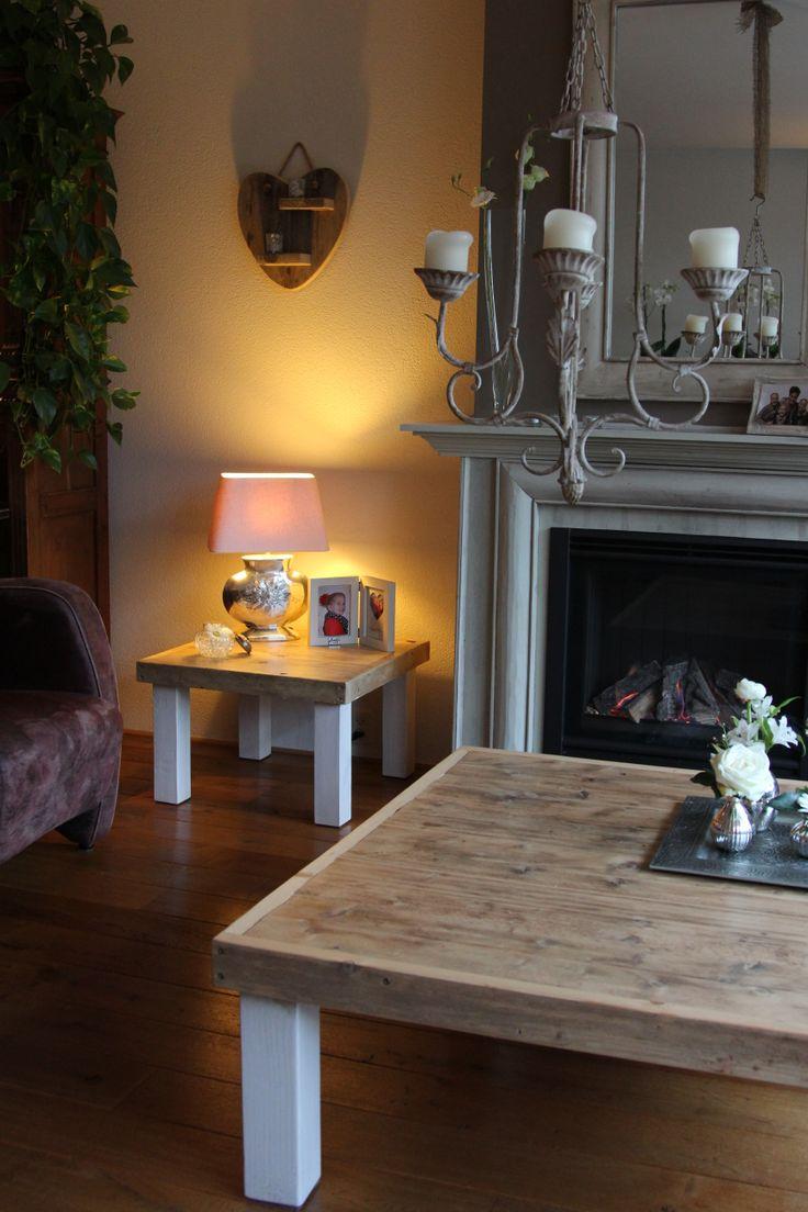 Hoek en salon tafel beide van steigerhout en 45 cm hoog, salontafel 120 bij 120 cm, hoektafel 60 bij 60 cm Gemaakt en gefotografeerd door Leen de Ruiter