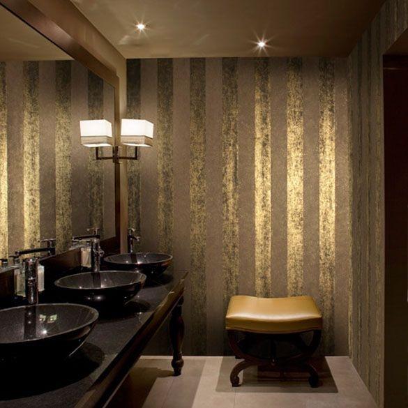 J'aime beaucoup ce papier peint Omexco avec de larges rayures, ici posé dans une salle de bain pour un coté très chic !