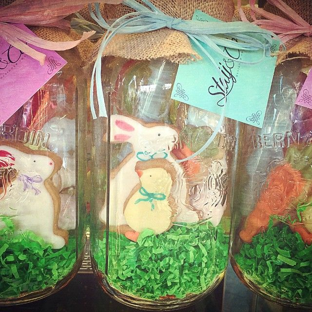 We love these mason jars filled with cookies & sweet treats from @staijandco!!! Available until #Easter #masonjar #spring #cookie #cookies #easterbunny #bunnies #eggs #sugarcookies #chocolate #caramel #pretzel #oreo #meringue #eastergift #greekbakery #eastyork #papevillage #SeranoBakery #Torontobakery
