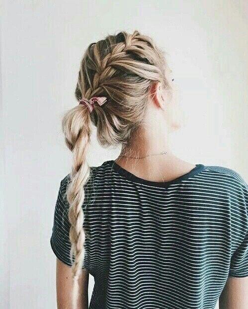 Einen ganz leicht zusammengeflochtenen Zopf seitlich tragen für einen schönen Casual Look! Side Braid / Flechtfrisuren / geflochtener Seitenzopf #hairstyles #braidhairstyles #braids | Stylefeed