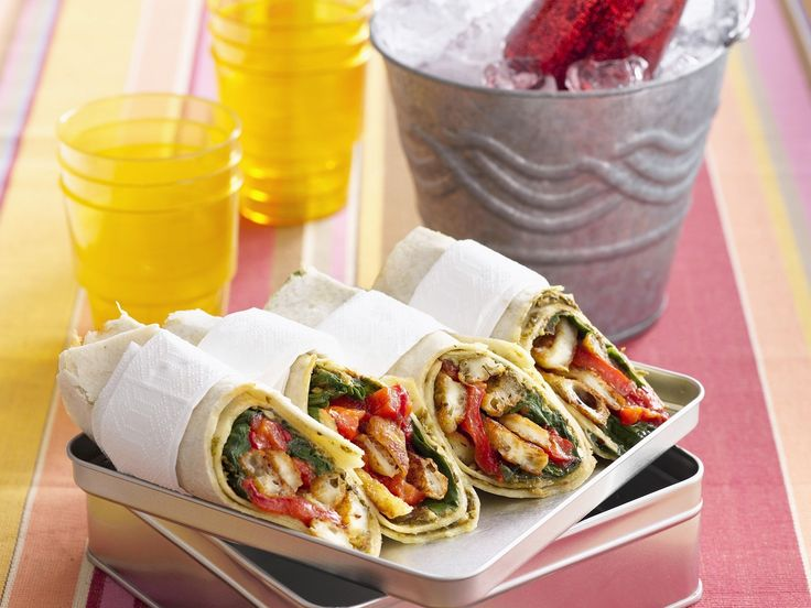 Vegetarische Wraps mit Paprika und Halloumi | Zeit: 30 Min. | http://eatsmarter.de/rezepte/vegetarische-wraps-mit-paprika-und-halloumi