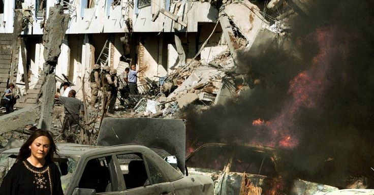 Carro pega fogo em frente ao Hotel Canal, sede da ONU em Bagdá, após explosão de caminhão-bomba. O atentado deixou 22 mortos, incluindo o diplomata brasileiro Sérgio Vieira de Mello, que na época ocupava o cargo de representante do secretário-geral das Nações Unidas no Iraque