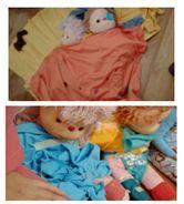 La idea es que los niños confeccionen la ropa de los muñecos con cinta adhesiva, agujas de lana, telas, scotch y los materiales que se dispongan en cada sala. Cada niño elige la acción que va a realizar con el propósito de trabajar colaborativamente para realizar dos vestimentas todos juntos. También se puede agregar una temática a esto, como la imagen muestra el tema de los pijamas y por tanto también se le crearon unas camas a los muñecos