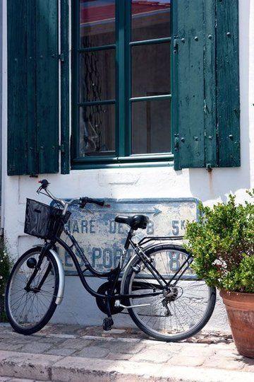 Incontournable sur l'Ile de Ré : le vélo dans les rues et sur les pistes cyclables.